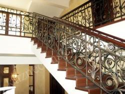 Металлические перила на лестнице с деревянными ступенями