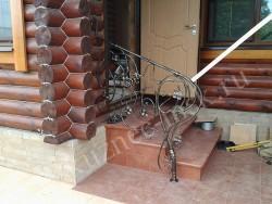 Кованое ограждение для входа в дом в стиле виноградная лоза