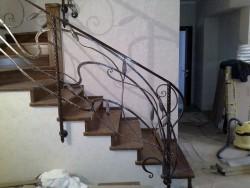 Ограждение лестницы кованое с креплением сбоку