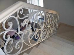Массивные кованые перила на лестнице в частном доме