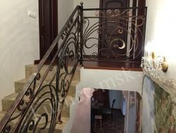 Ограждение лестницы на второй этаж кованое