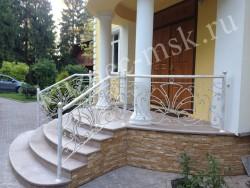Красивые кованые перила белого цвета для центрального входа