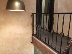 Ограждение лестницы с металлическим поручнем