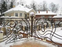 Кованый балкон загородного дома