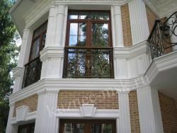 Балкон кованый в загородном доме