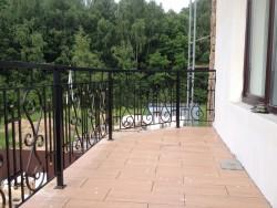 Кованый балкон в загородном коттедже