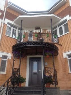 Кованый козырек, балкон, перила.