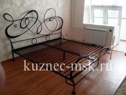 Кованая кровать черного цвета