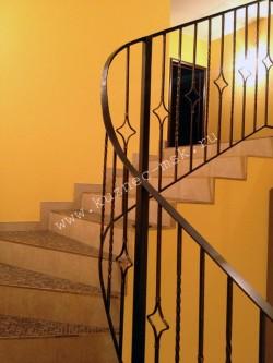 Сварное ограждение для лестницы с элементами ручной работы, цвет черный, патина цвет золото