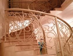 Винтовая лестница с перилами модерн