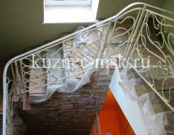Красивые кованые перила белого цвета