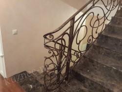Модерн ручной работы на мраморной лестнице