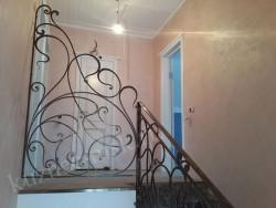 Перила модерн на мраморной лестнице