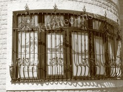 Красивая кованая решетка на окно в частном доме