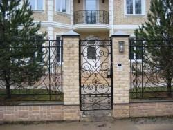 Кованая калитка и забор