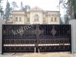 Красивые черные ворота с патиной