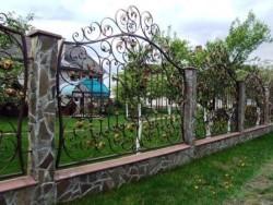 Забор ковка каменные столбы