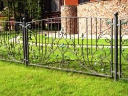 Забор кованый на металлических столбах