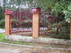 Забор кованый в кирпичном основании