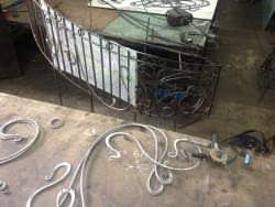 Зачистка и подготовка к сборке кованых элементов ограждения винтовой лестницы