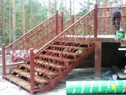Кованые перила на металлической лестнице
