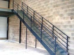 Лестница из металла в складском помещении