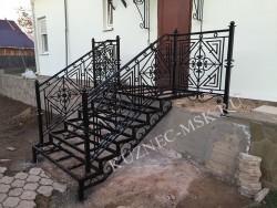 Каркас металлической лестницы с элементами ковки и коваными перилами