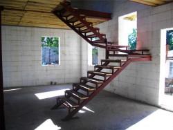 Лестница на второй этаж с забежными ступенями