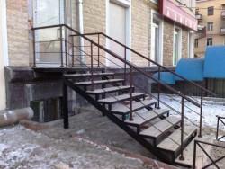 Лестница из метала с перилами