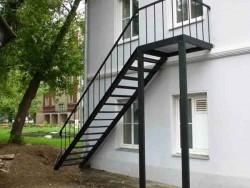 Лестница с площадкой на столбах