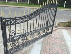 Осмотр ворот на объекте, для реставрации